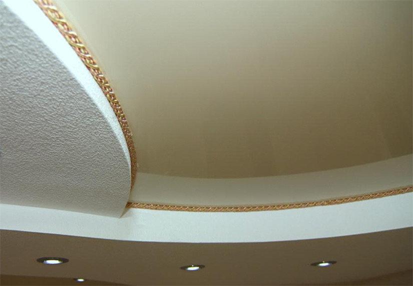 потолок с маскировочной лентой