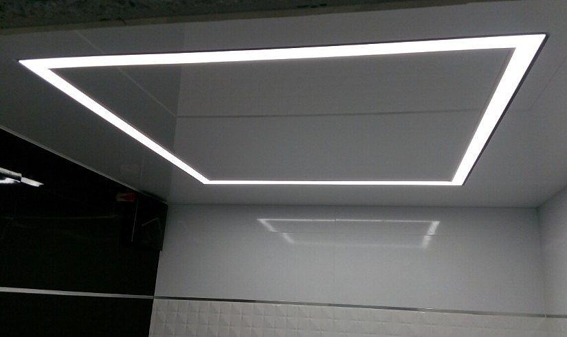 глянцевый натяжной потолок с парящими линиями
