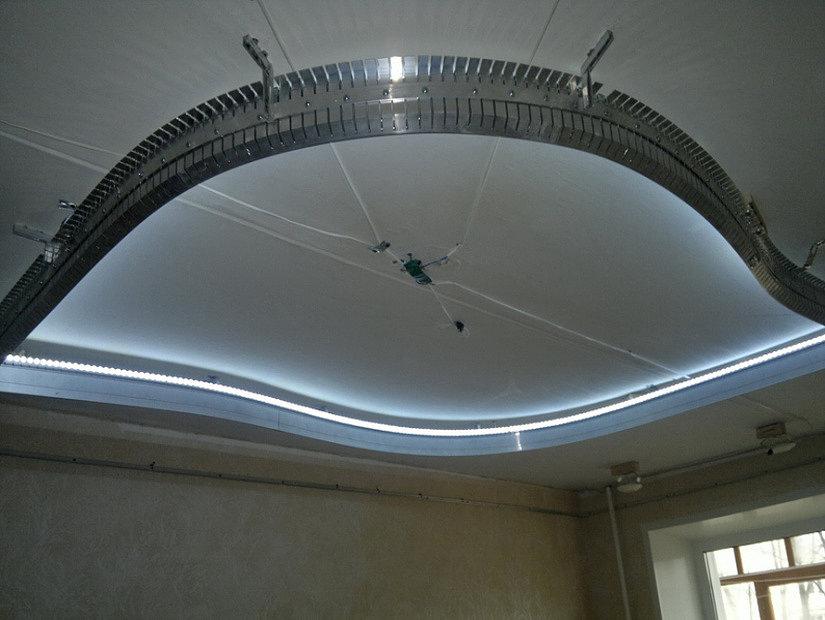 установка каркаса для многоуровневого натяжного потолка