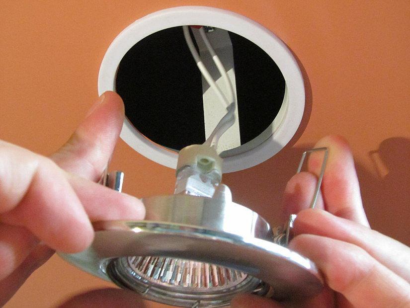 монтаж светильника на натяжной потолок