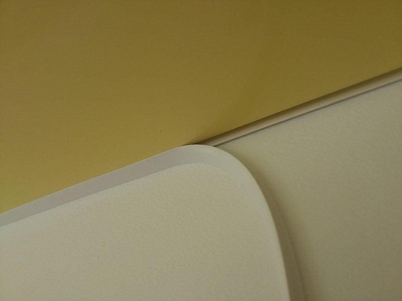 монтаж маскировочной ленты на натяжной потолок