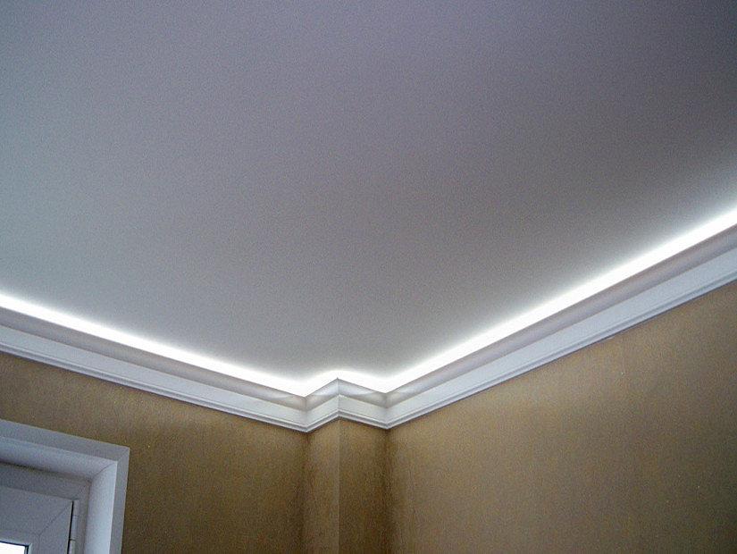 пенопластовый плинтус с подсветкой на натяжном потолке