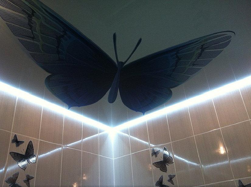 парящий натяжной потолок с бабочками