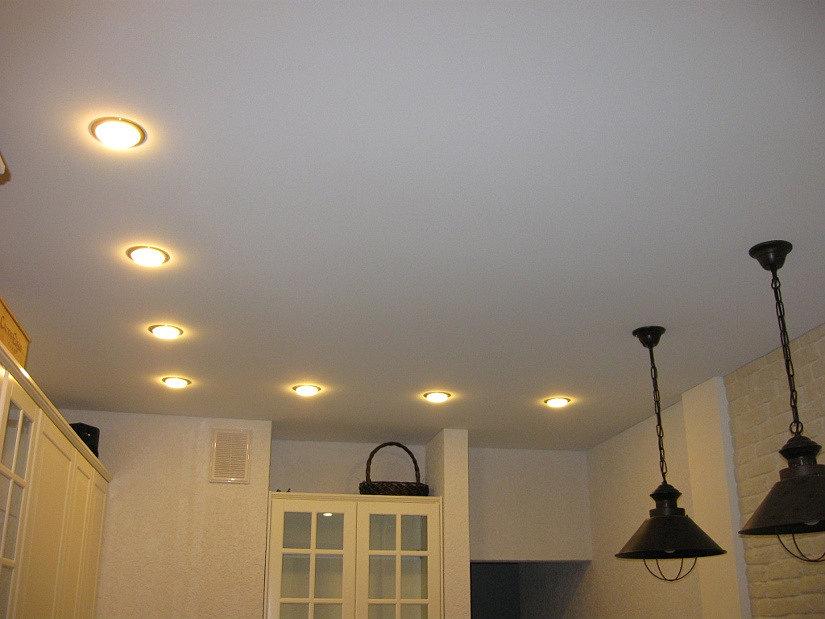освещение на натяжном потолке