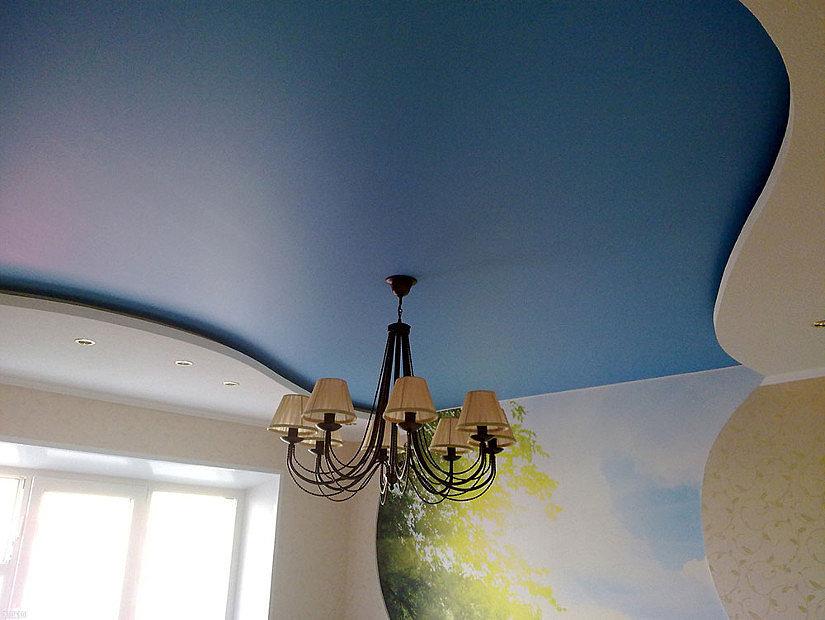 синий сатиновый потолок