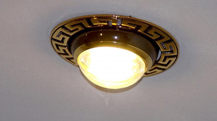 лампа накаливания на натяжном потолке