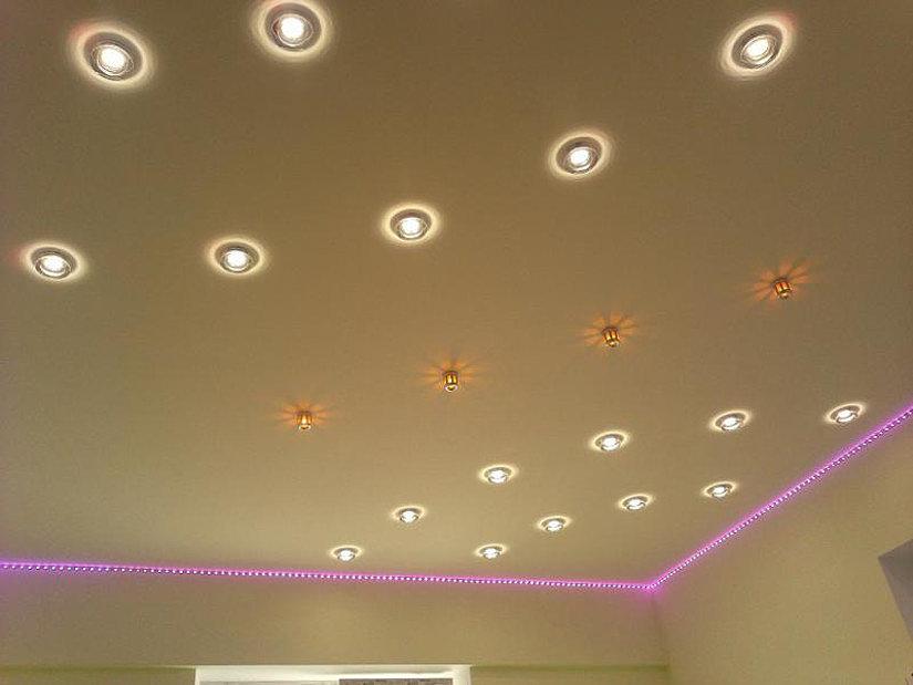 энергосберегающие лампы на натяжном потолке