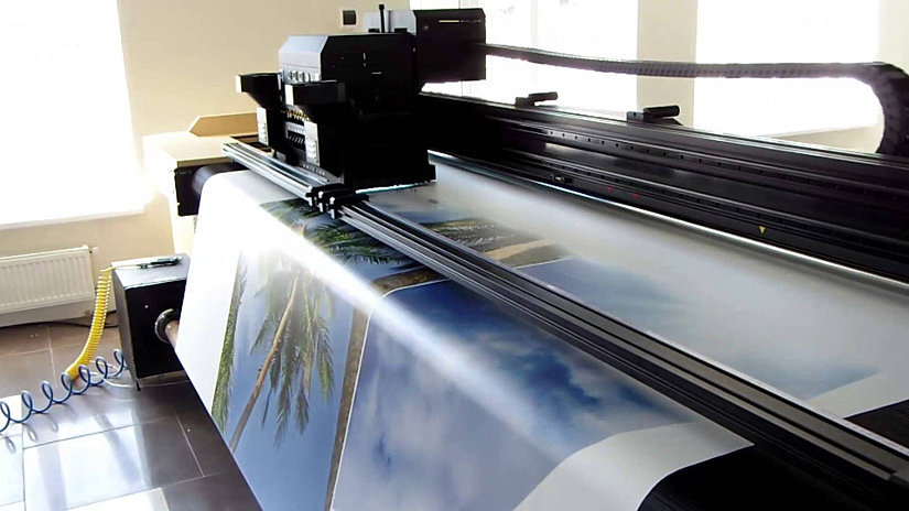 Процесс нанесения фотопечати на натяжное полотно