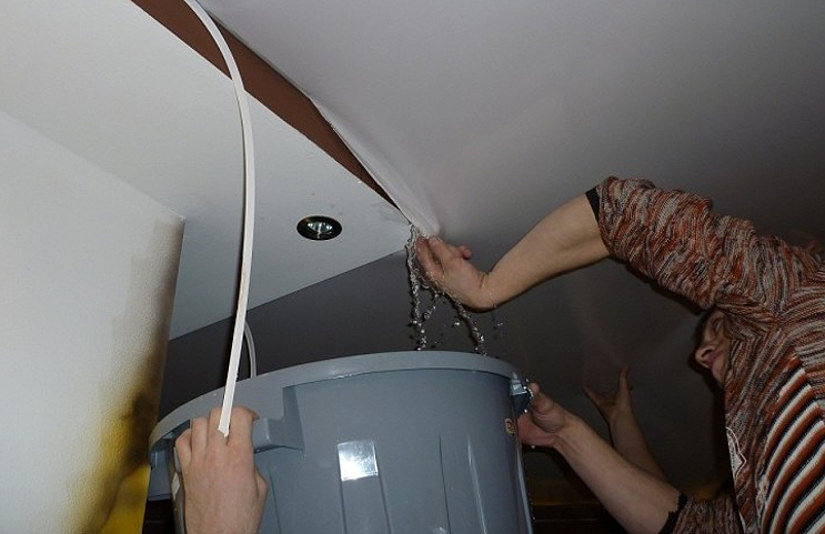 вода на натяжном потолке