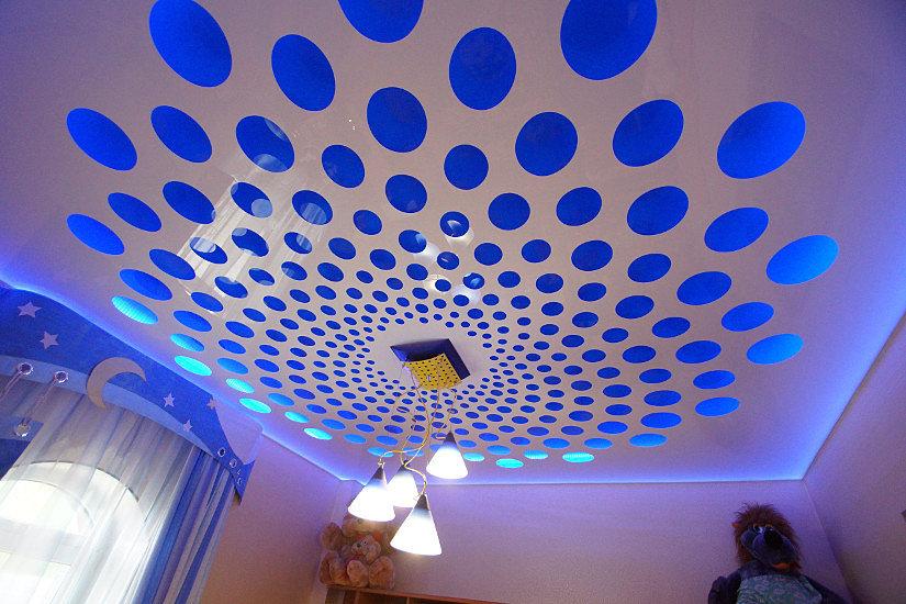 Оформления потолка перфорированным натяжным потолком вокруг осветительных приборов