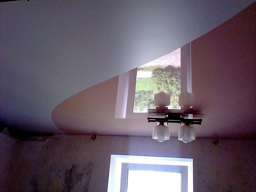 сочетание глянцевого и сатинового натяжного потолка