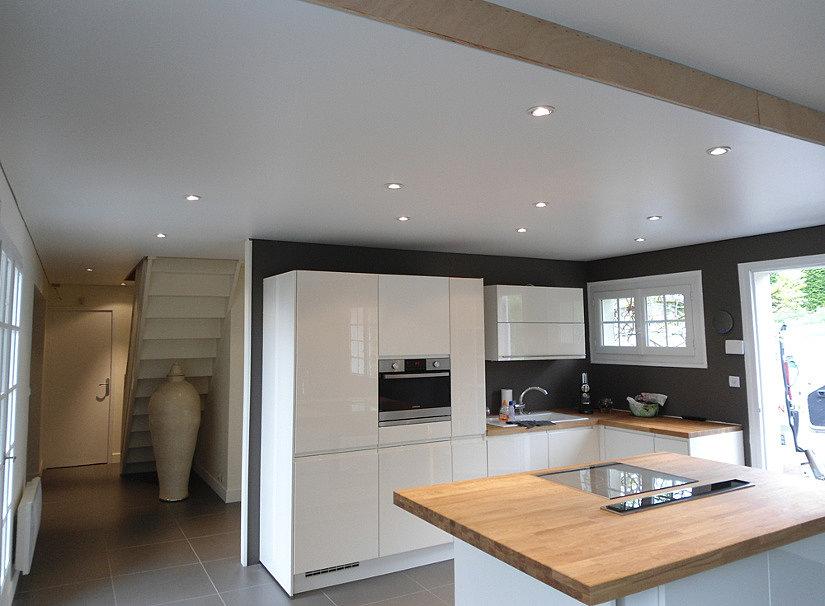 Белый сатиновый натяжной потолок в частном доме