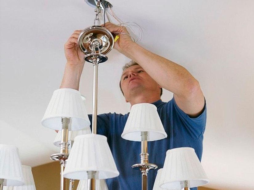 Демонтаж старого светильника с натяжного потолка