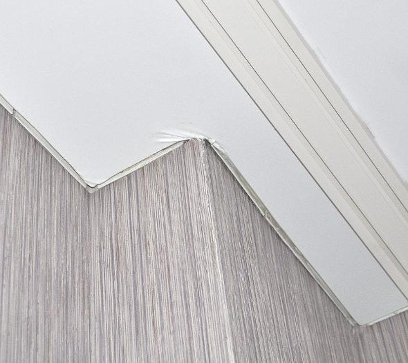 Натяжной потолок со складками в углу