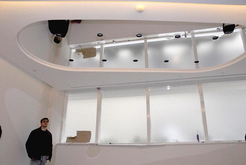 Зеркальный натяжной потолок в офисе