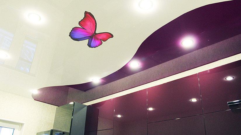 Наклейка в виде бабочки на натяжном потолке кухни