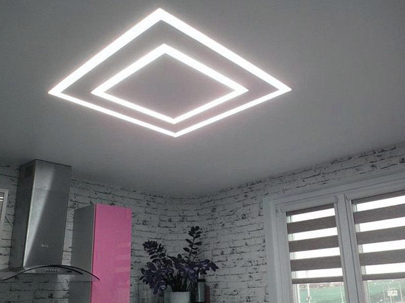 Потолок с парящими линиями