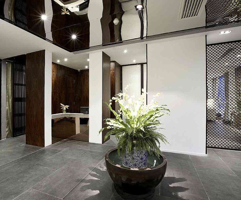 Зеркальный декоративный натяжной потолок