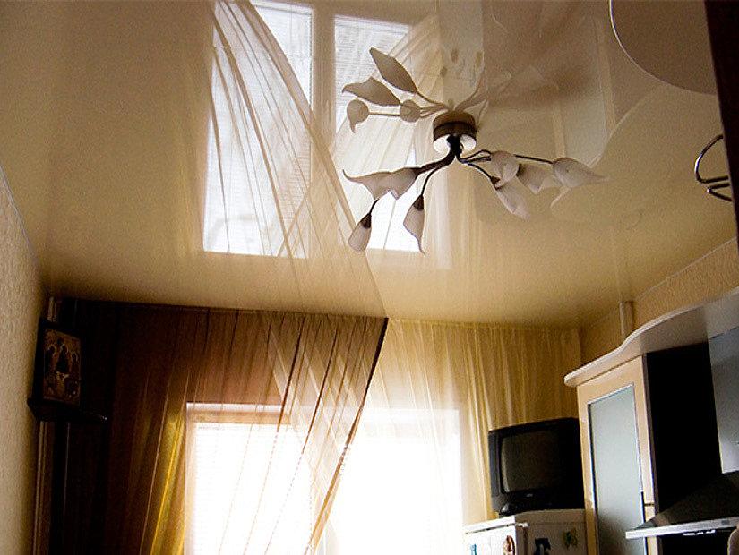 люстра на глянцевом потолке