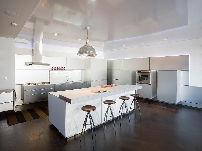 натяжной потолок на кухне с вытяжкой