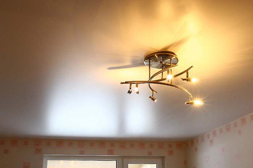Перламутровый натяжной потолок с люстрой