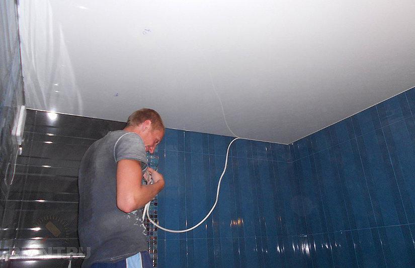 монтаж плинтуса для потолка