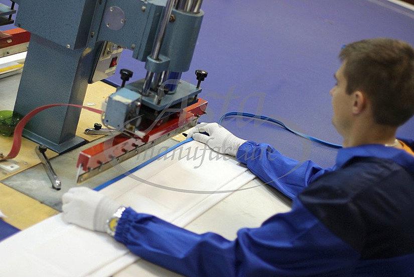 Процесс огарпунивания ПВХ потолков на фабрике Аста М