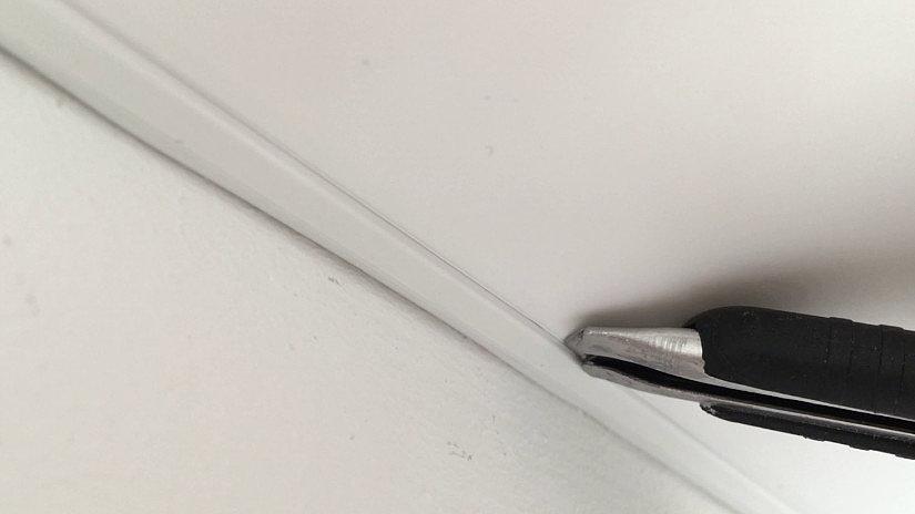 обрезать натяжной потолок
