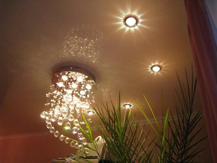 светодиодные споты на потолке