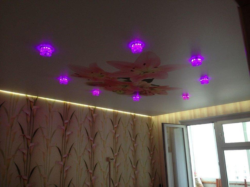 Парящий натяжной потолок в квартире