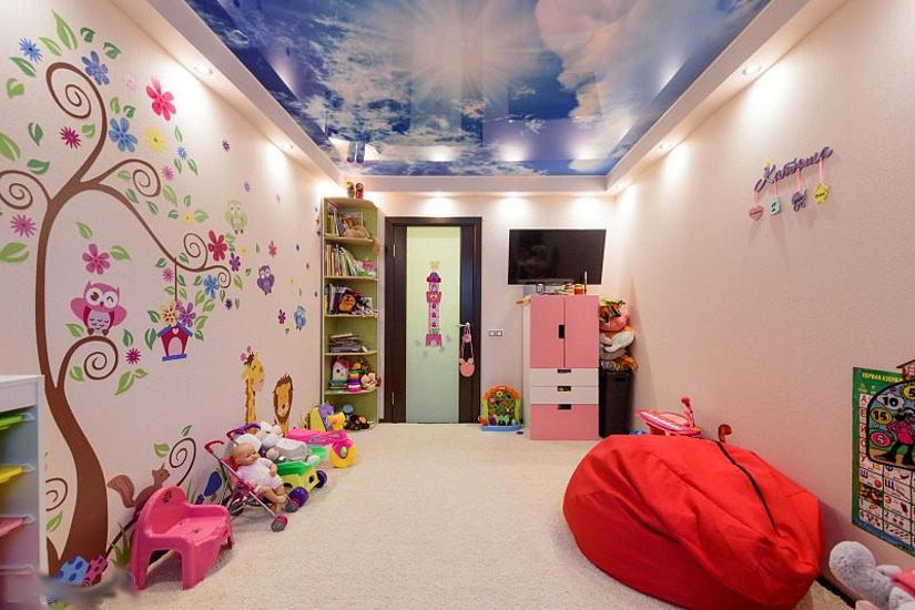Натяжной глянцевый потолок с фотопечатью в детской