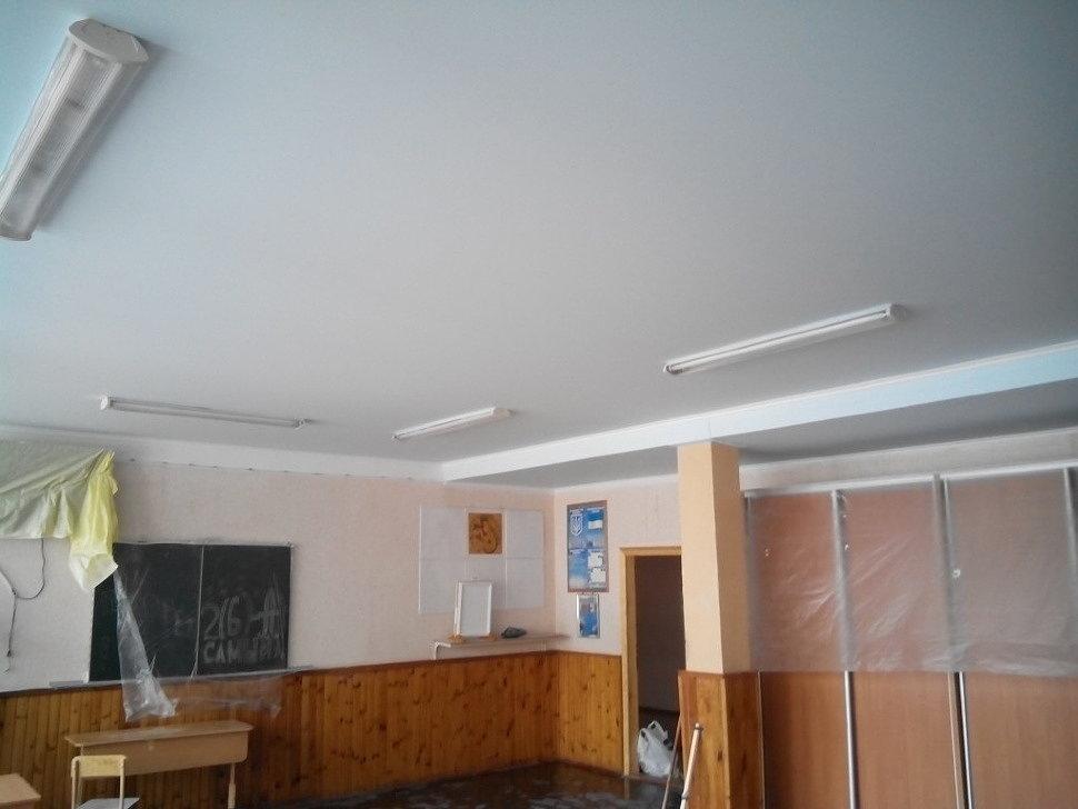 Натяжной потолок в школьном классе