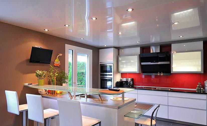 Натяжной глянцевый потолок белого цвета на кухне
