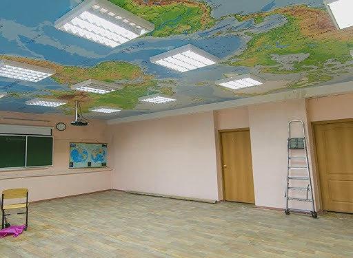 Натяжной потолок с фотопечатью в классе географии