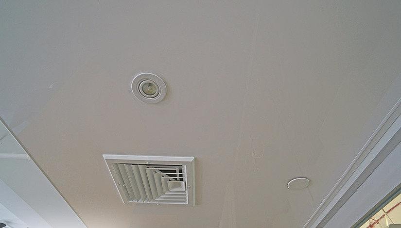 Установка вентиляционной решетки на натяжной потолок