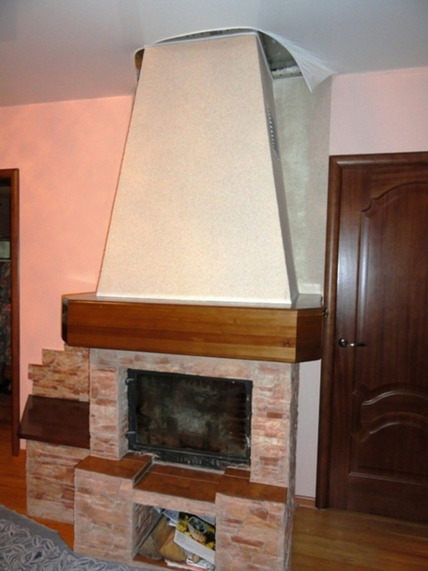 Натяжной потолок в комнате с камином