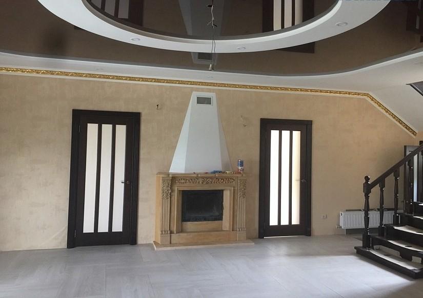 Комбинированный потолок в комнате с камином