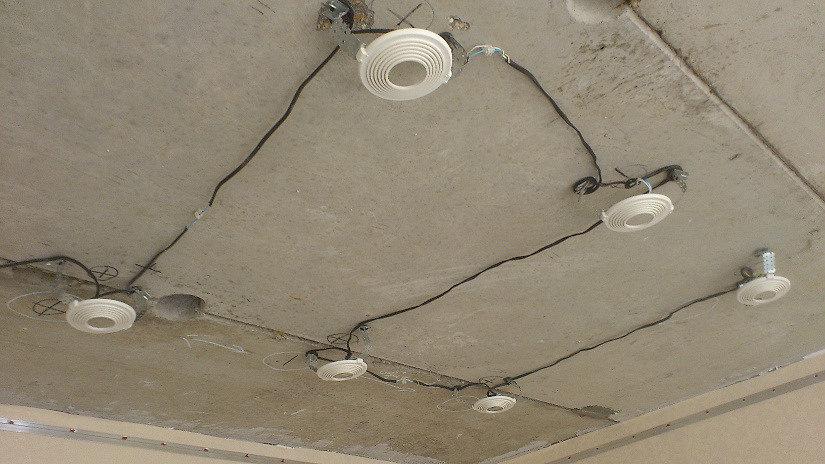 проводка под натяжной потолок