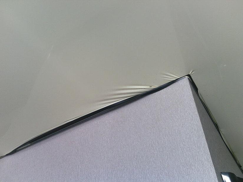 Результат установки потолков с помощью дешевых материалов