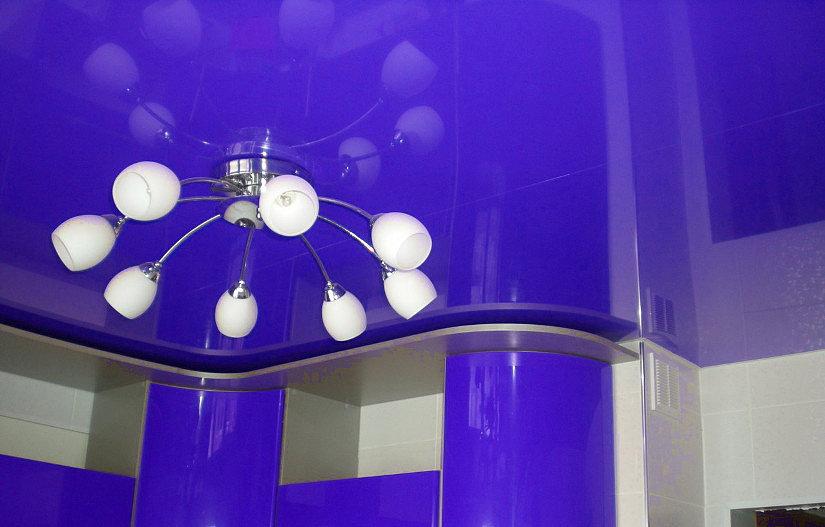 рожковая люстра на натяжном потолке