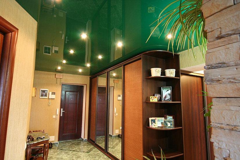 Зеленый натяжной потолок в прихожей