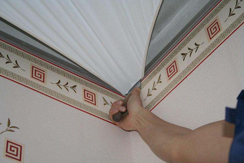 Заправка ПВХ потолка в багет