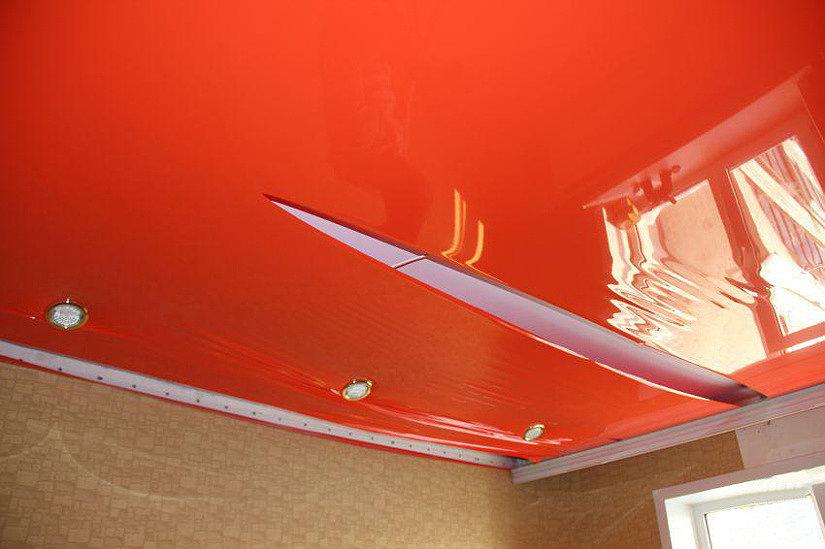 клеить натяжной потолок