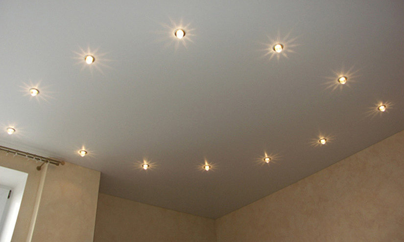 точечные светильники на натяжном потолке