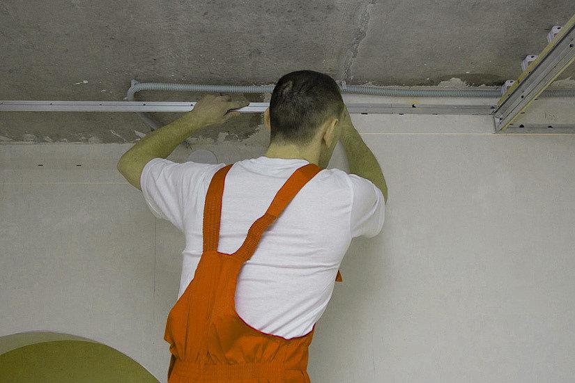 монтаж багета на натяжной потолок