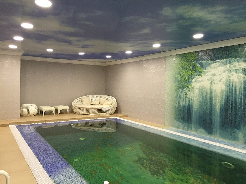 точечные светильники на натяжном потолке в бассейне