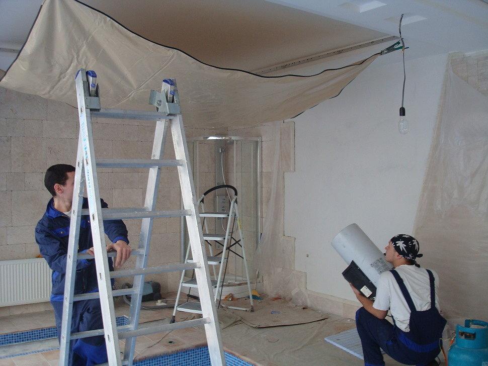 Процесс монтажа натяжного ПВХ потолка