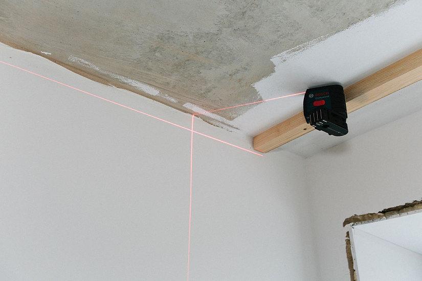 Определение уровня для монтажа натяжных потолков