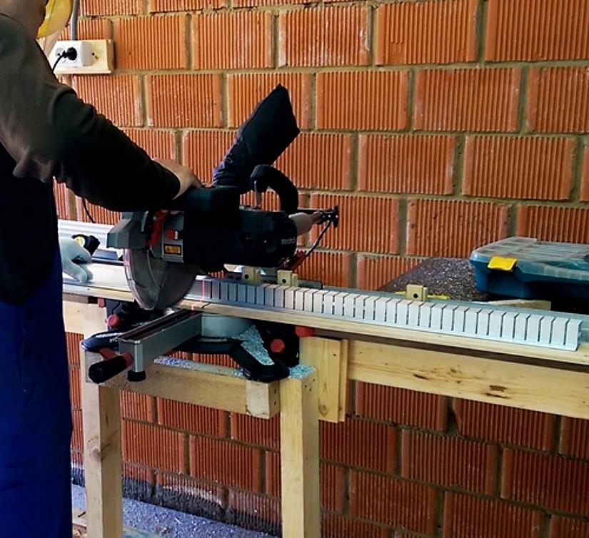 Подготовка профильной конструкции для натяжного потолка