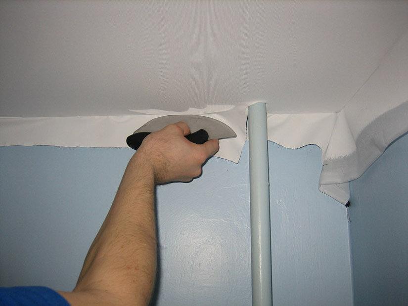Обход трубы тканевым натяжным потолком